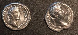 Rzymskie monety znalezione w okolicach Obór: denary cesarzy Hadriana 117 - 138 r.  (z lewej) i Antoninusa Piusa